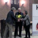 De maker van de film, Leen Muller ontvangt bloemen