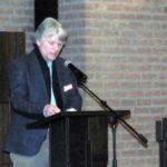 De voorzitter Derk Blom heet de aanwezigen welkom